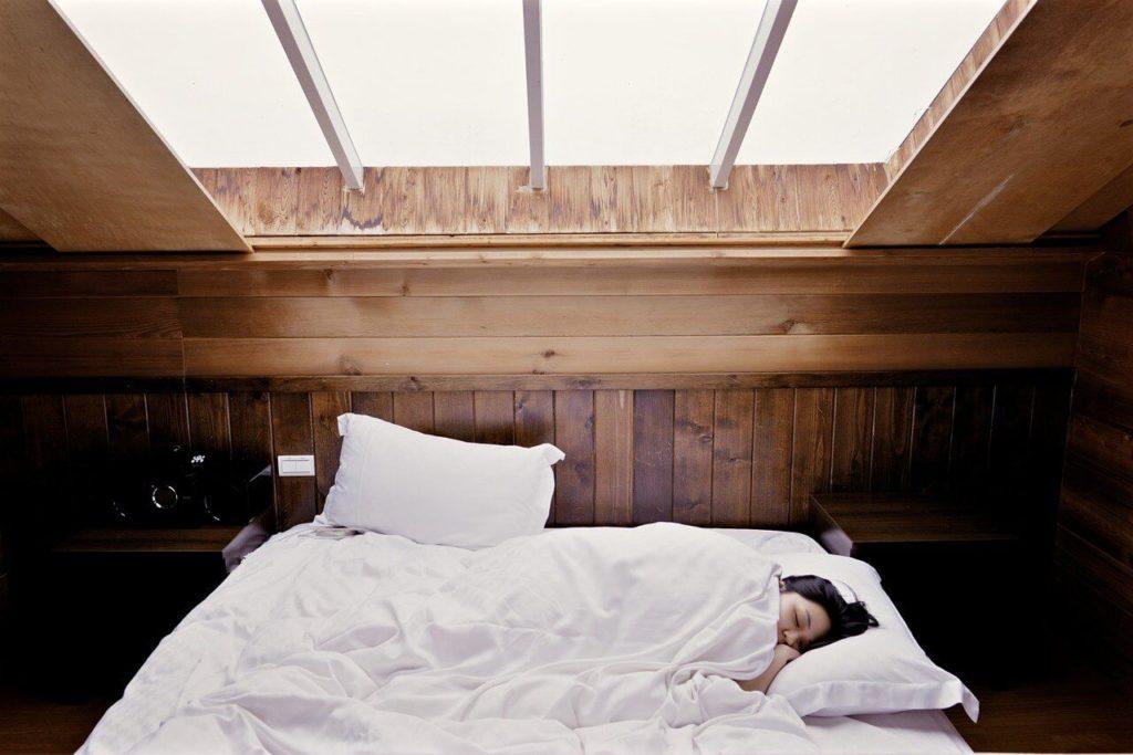 Muer durmiendo en una cama bajo una ventana